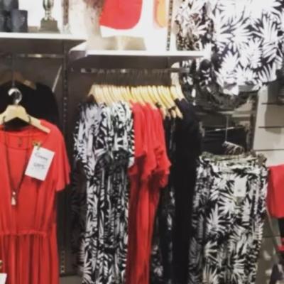 Omhängt i butiken 💖 så mycket fint , här röd och svart avdelning. Majalyktor och krämer mm .Välkomna #butikehlsasgarderob
