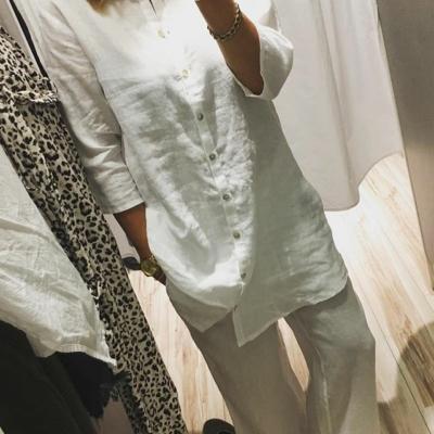 Vi är sååå svaga för vitt linnetyg🙌🏼 Som denna långskjorta och byxor med fransig rå kant nertill på byxan😍 Från #isay