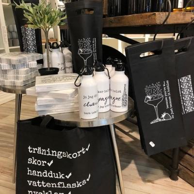 Nu är dom här 👍😊 träningsväskan och vattenflaska med rolig text 🤣#butikehlsasgarderob