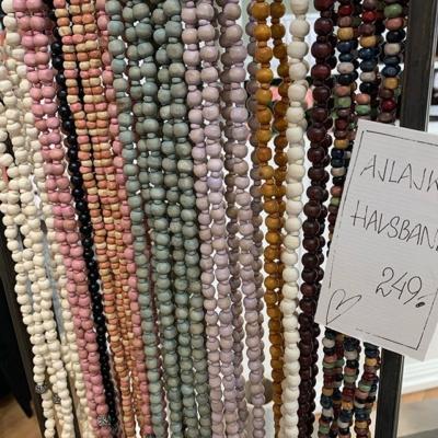 Påfyllning på svarta och Offwhite och multi färgade trä halsband från Ajlajk❤️