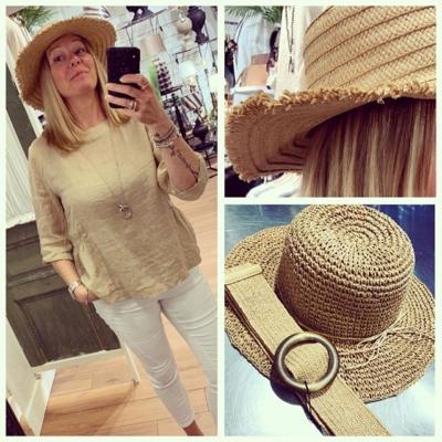 Livet blir liksom lite roligare med hatt!😄 Två modeller. Få kvar!! 299:- Lästips i Corona tider: En liten hattaffär på hörnet 🙌🏼💖🎩